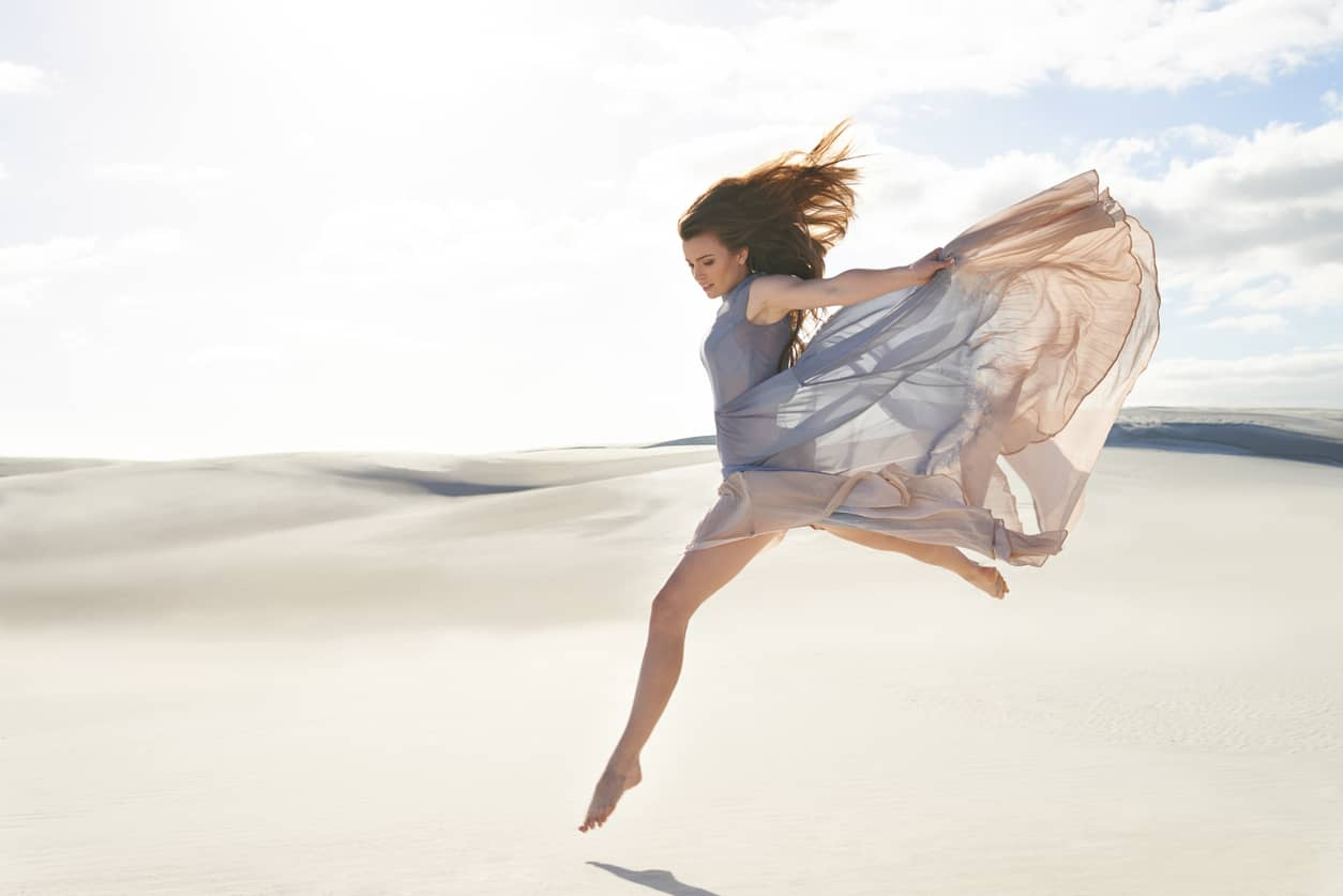 ジャンプする女性