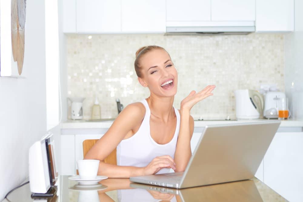 パソコンの仕事をする女性