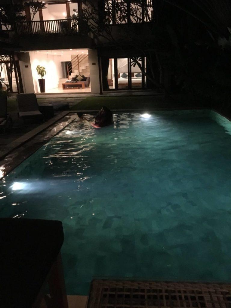 夜のプールの様子