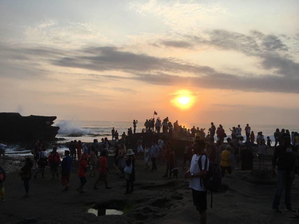 沈む夕日を見ている人々