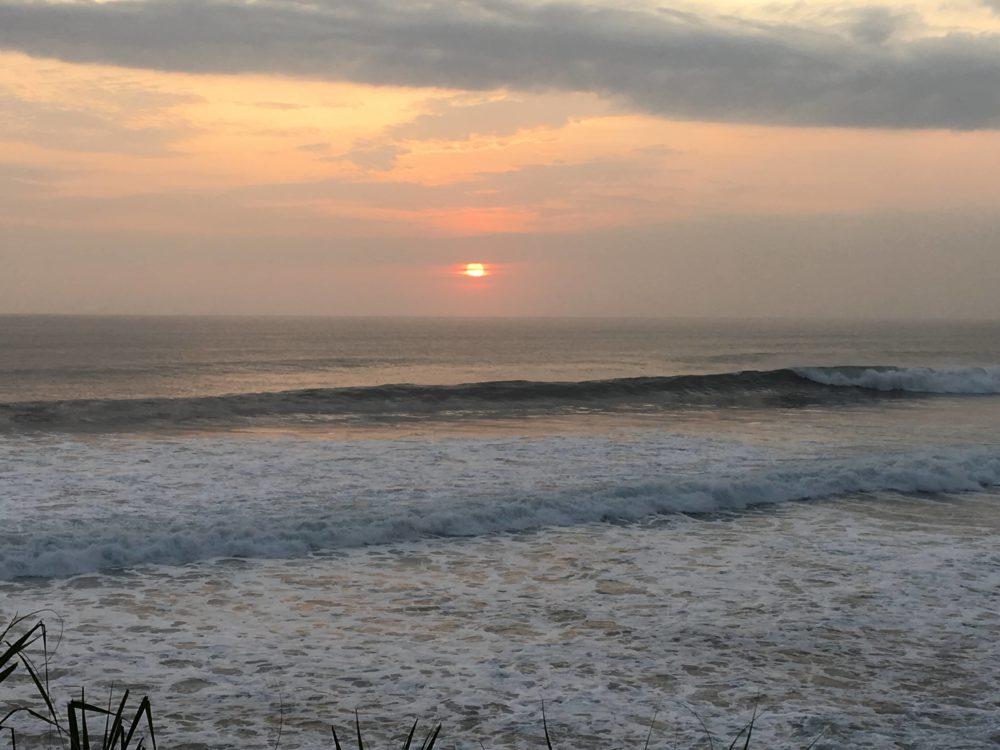 タナロット寺院付近の海で夕日が沈んだ後の様子