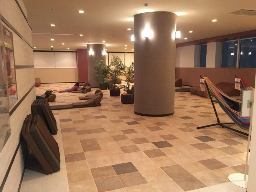 横浜天然温泉SPA EASの7階のリラクゼーションスペース