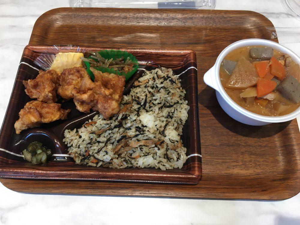 キッチンオリジンの唐揚げ弁当と豚汁