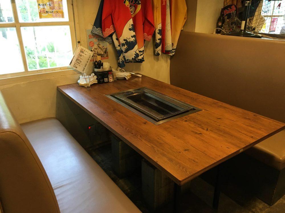 カキ小屋のテーブル席