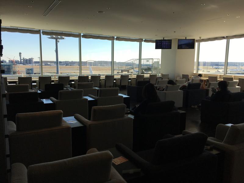ラウンジから見る空港の景色