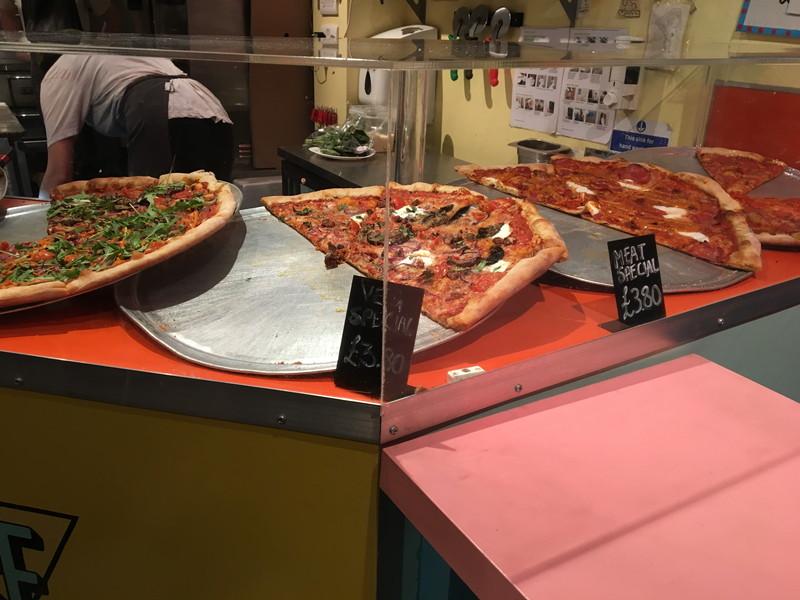 ショーケース内のピザ