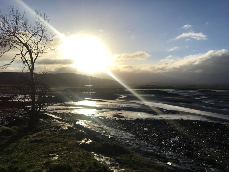 朝日と湖畔
