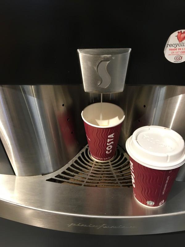 コーヒーマシンからドリップしている様子