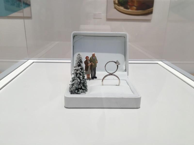 指輪を人形の展示物