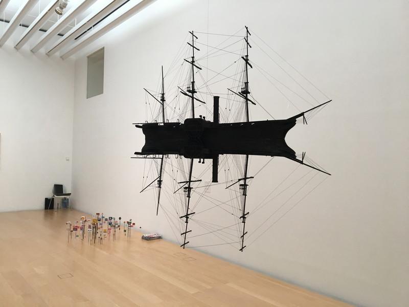 黒い船のような展示物