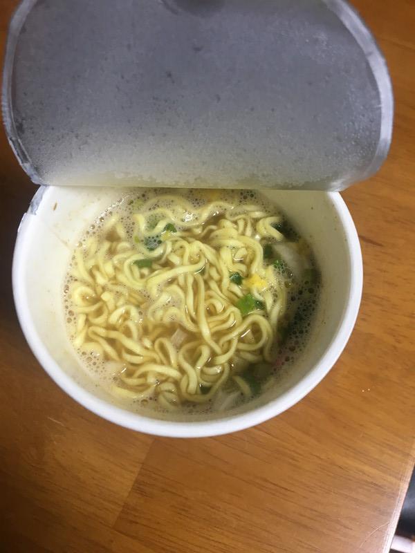 お湯を注いだ後の煮干しヌードル