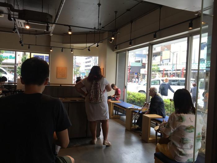 スターバックスコーヒーの浅草雷門前店のベンチシート席