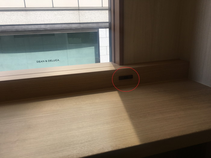 モスカフェ西銀座店のカウンター席に完備された電源