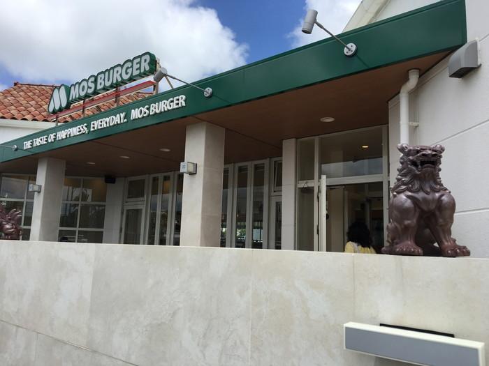 モスバーガー読谷店の店前に飾られてシーサー