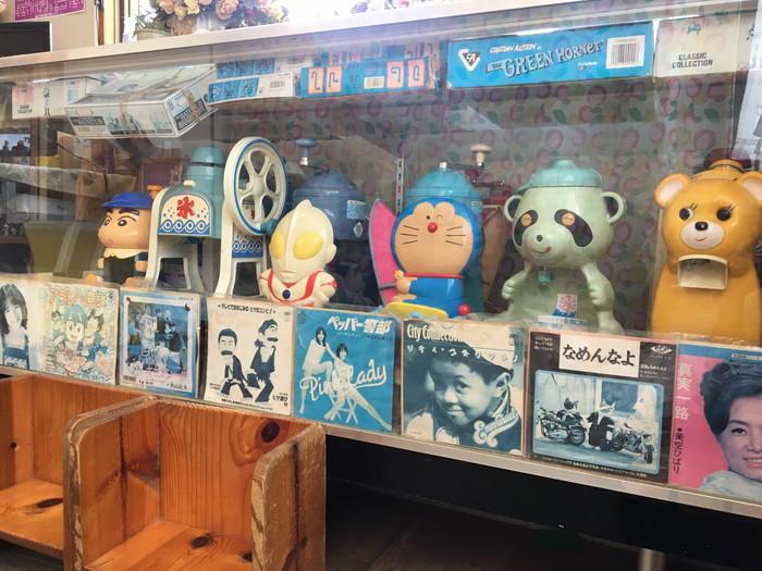 鶴亀堂ぜんざいの店内に飾られたおもちゃ