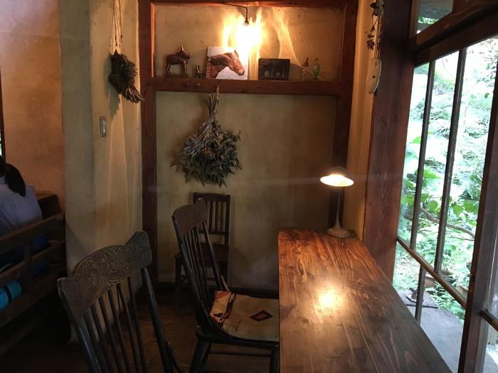 パン屋水円のカフェ窓際の席