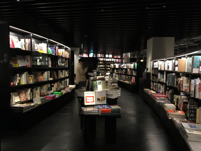 蔦谷書店 六本木2階フロアの中心