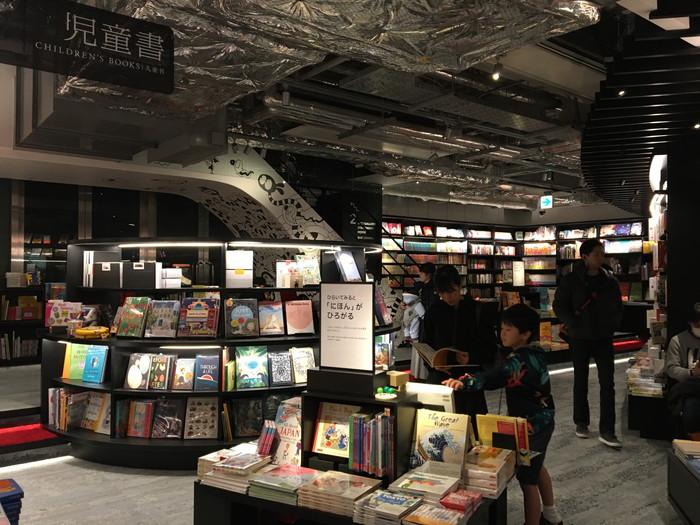 蔦谷書店 六本木1階児童書のコーナー