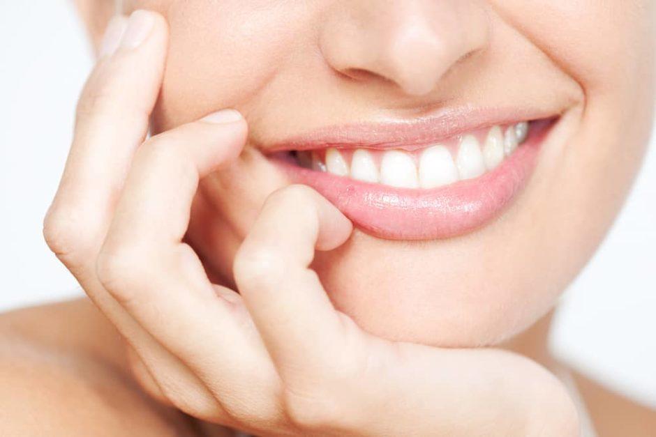 歯を見せて笑う女性
